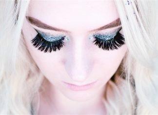 applying-false-lashes